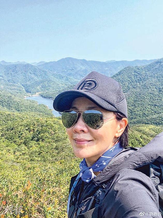 刘嘉玲爬山呼吸新鲜空气
