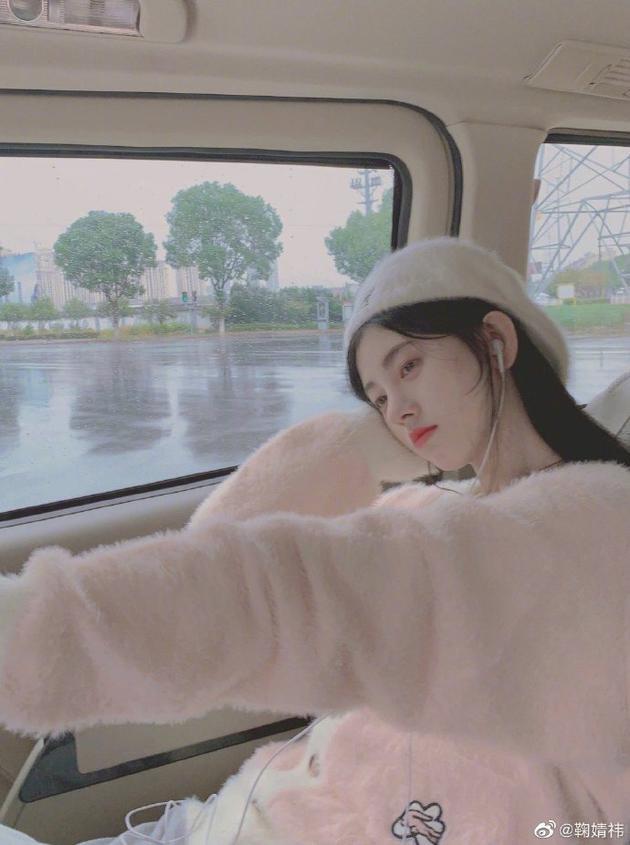 鞠婧祎粉色毛衣少女感十足 拍照手抖效果堪比座机