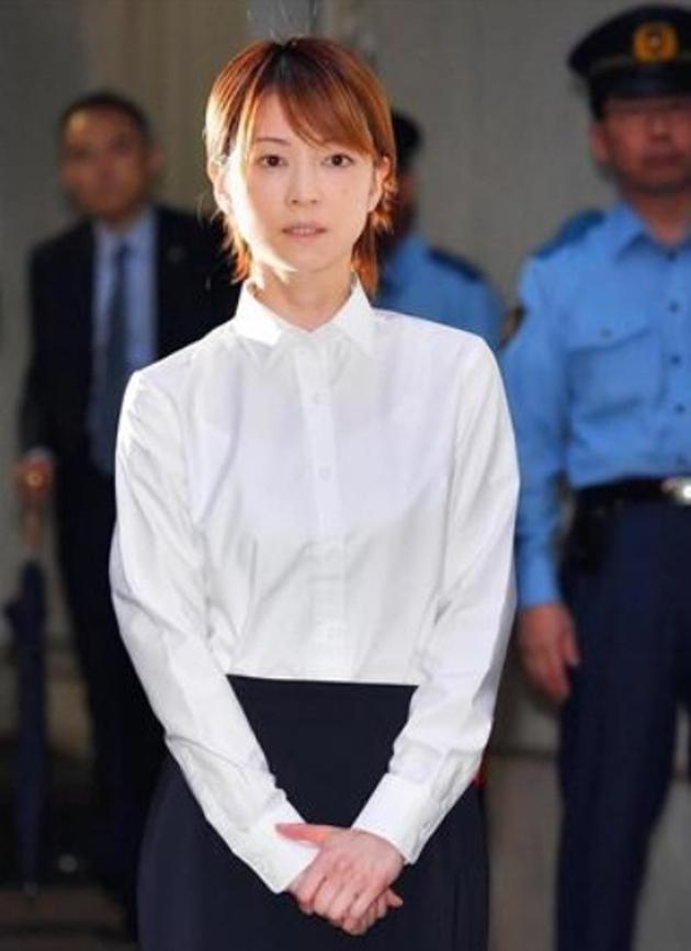 吉泽瞳保释表出时打扮质朴。