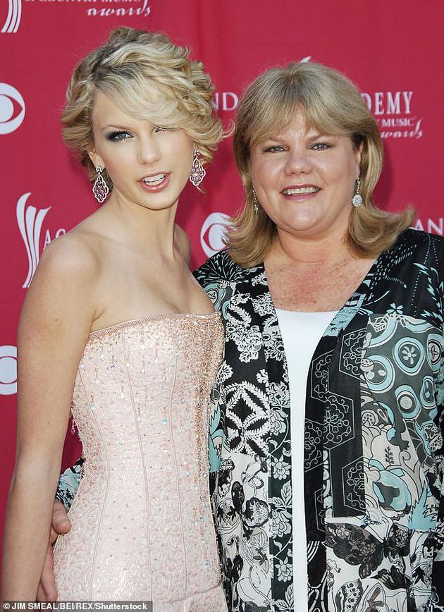 泰勒·斯威夫特与母亲安德里娅