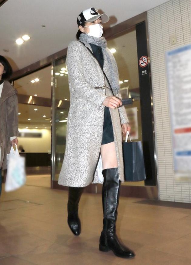 吉泽瞳精心打扮全副武装现身高级超市。