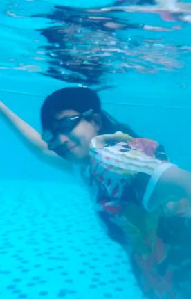 孕妈蔡少芬游泳