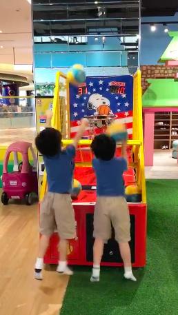 林志颖绿洲晒双胞胎儿子玩投篮机视频:看得很疗愈