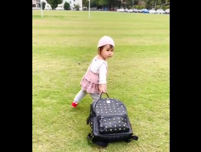 江宏杰女儿拖行李背影软萌 网友笑侃:离家出走了