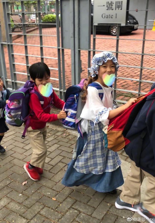 张晋带孩子上学