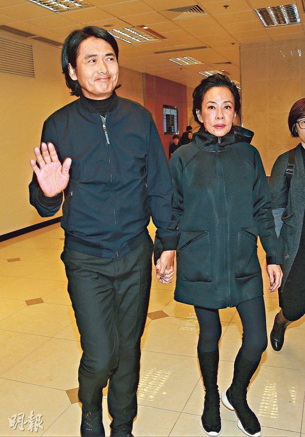 周潤發從澳門工作趕回香港,跟太太出席林嶺東的喪禮,他雖然拒絕受訪,但看見傳媒依然微笑揮手。