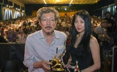 2015年,洪尚秀就凭《这时对那时错》获金豹奖,当时该片女主就是金敏喜。