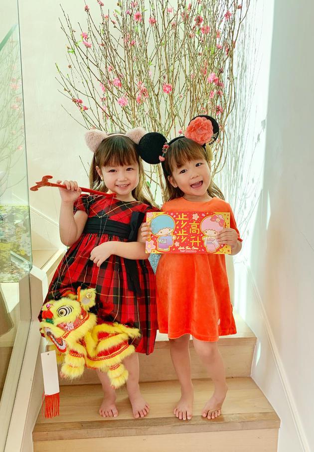 陈浩民分别两岁和四岁的女儿Victoria和Isabella悉心打扮