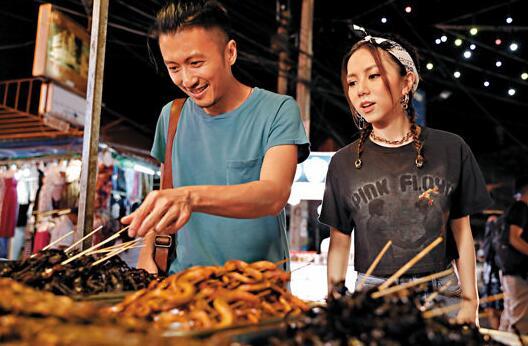 谢霆锋带邓紫棋吃遍当地美食