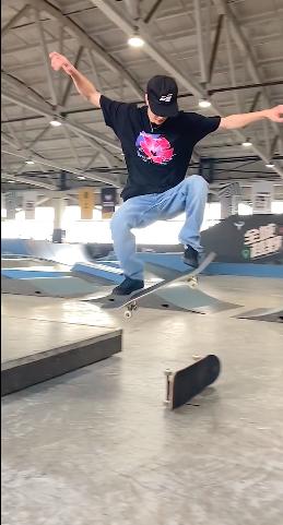 王一博玩滑板