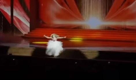 十分敬业!俄罗斯歌手演唱中摔下舞台,脚部骨折忍痛完成表演