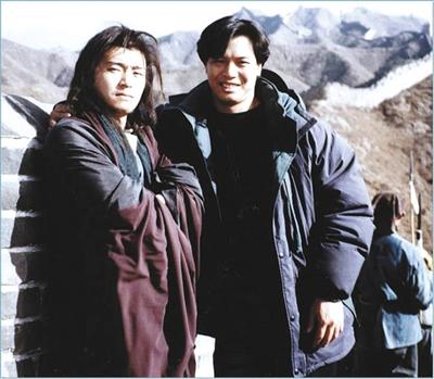 拍《武状元苏乞儿》时周星驰与李健仁一起登长城。