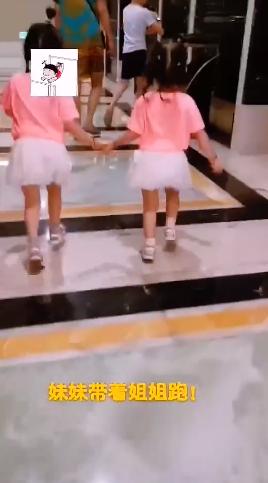 杨威化身炫女狂魔 俩女儿穿同款衫手牵手快乐奔跑