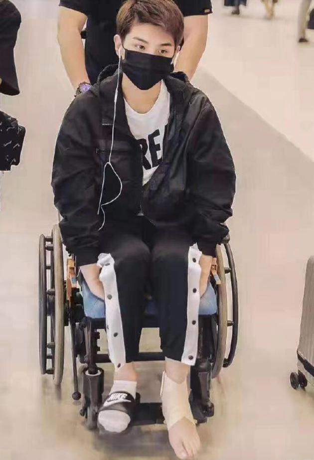 黄明昊坐轮椅现身机场目光无神略显憔悴