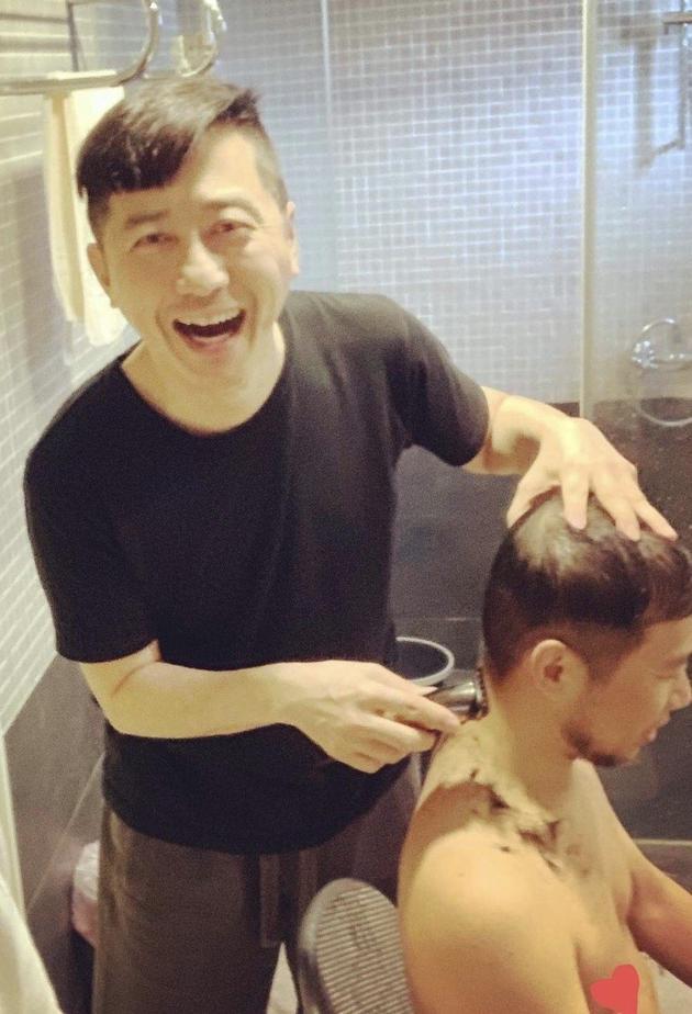 哈林剪完自己的头发,再帮制作人黄裕升修剪。