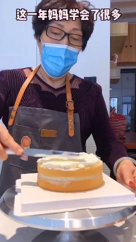 乔任梁妈妈为儿子做蛋糕