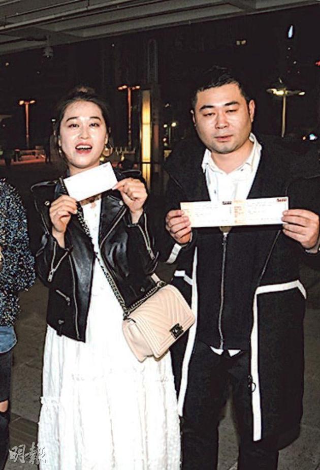 昨晚(12月29日)有不少歌迷拿着门票荟萃红馆外,当中不少歌迷都说不会退票。