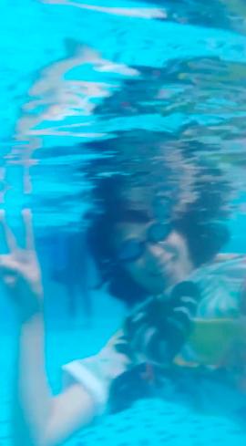 蔡少芬游泳比耶