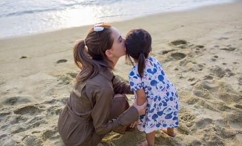 昆凌親吻女兒