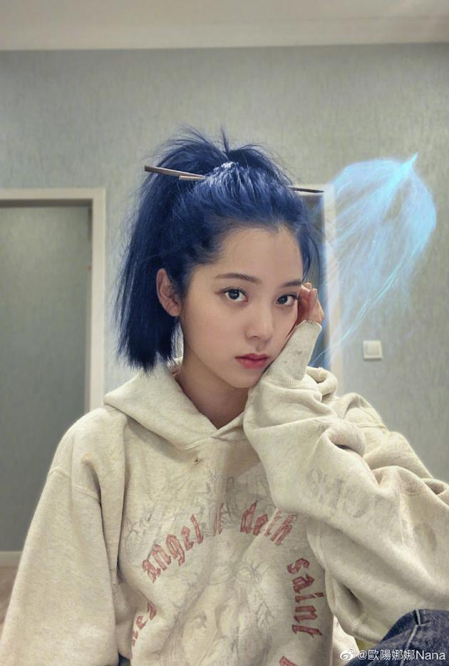 """欧阳娜娜cos""""姜子牙"""" 蓝发高马尾插发簪很酷帅"""