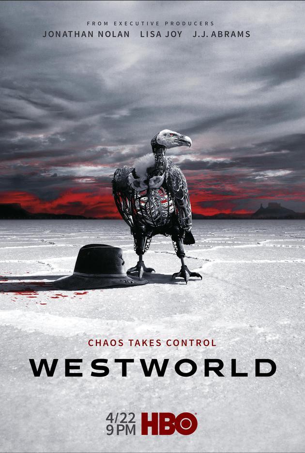 《西部世界》第二季海报中,灰白色的地面上有一只机械鸟和一顶黑色的帽子,机器人和人类的关系呼之欲出。