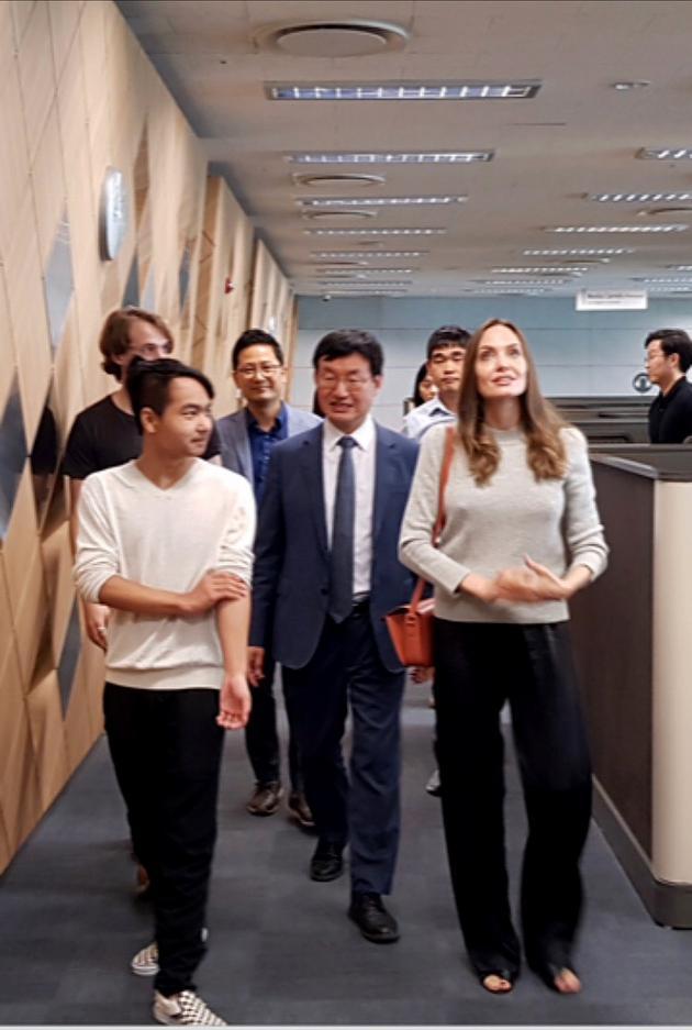 朱莉(右一)与Maddox(左二),图片来自延世大学