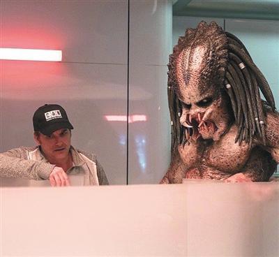 30年后,肖恩·布莱克已经成为最新版《铁血战士》的导演。