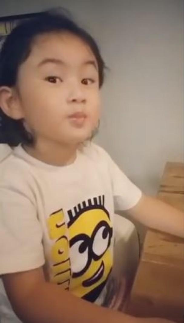 郑希怡女儿吃乳酪萌翻众人