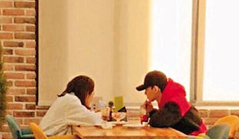 Chen与女友的约会照曝光。 网上图片