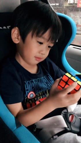 林志穎小兒子玩魔方
