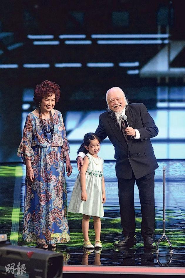 楚原(右起)精神奕奕领取《终身成就奖》,6岁孙女与太太南红陪伴上台。