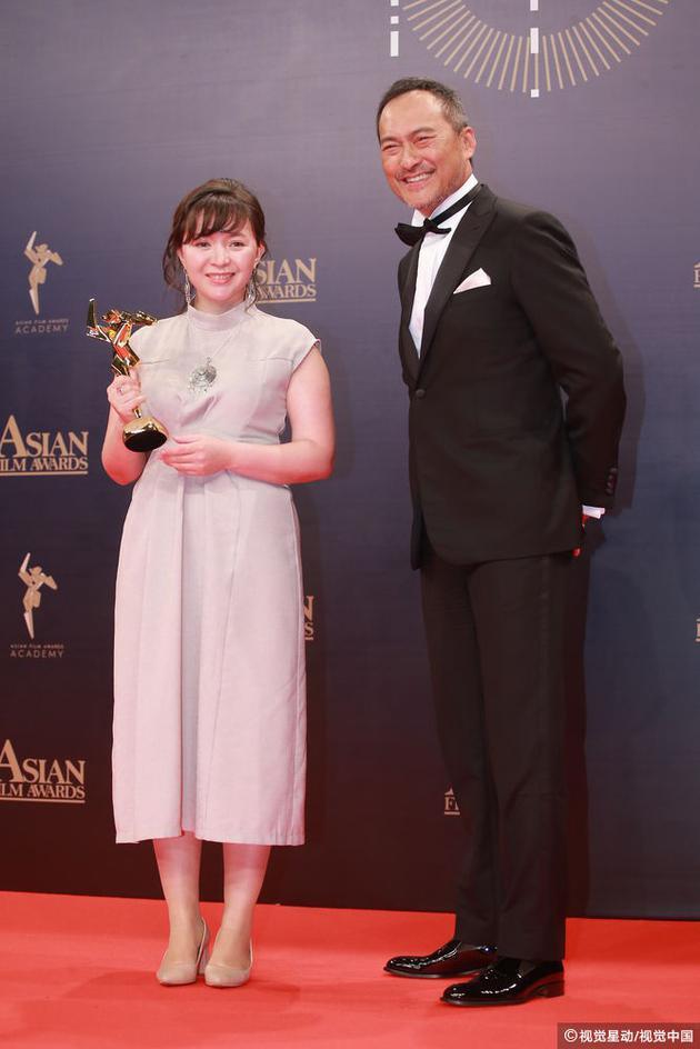 萨玛尔·叶斯利亚莫娃(《小家伙》)获得最佳女主角奖