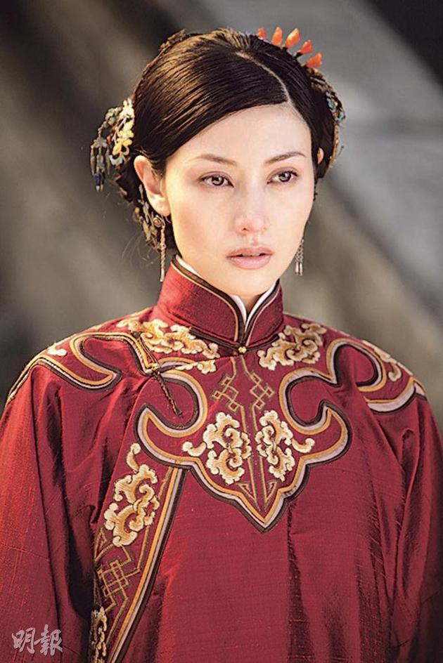 李嘉欣婚后只客串过《十月围乡》,但已经是10年前的片子,看此剧照发明她面貌变革没有年夜