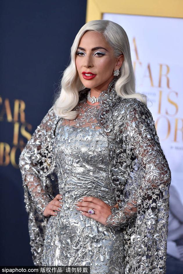 Lady Gaga自曝创作新专辑经历 时常烟不离手大哭