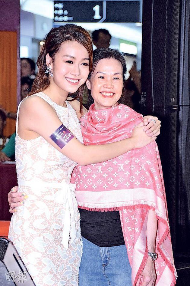 黃媽媽(右)前來捧場,欣賞女兒黃心穎(左)及未來女婿馬國明的演出。