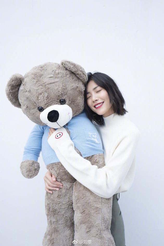 刘雯怀抱大熊玩偶似撒娇 闭眼微笑红唇抢镜很甜美