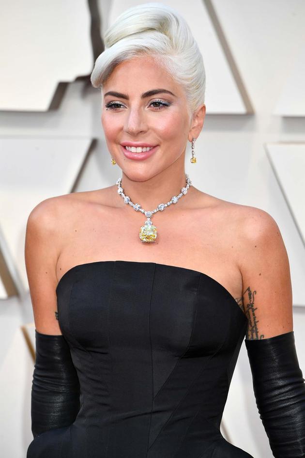 Lady Gaga戴传奇黄钻项链登场