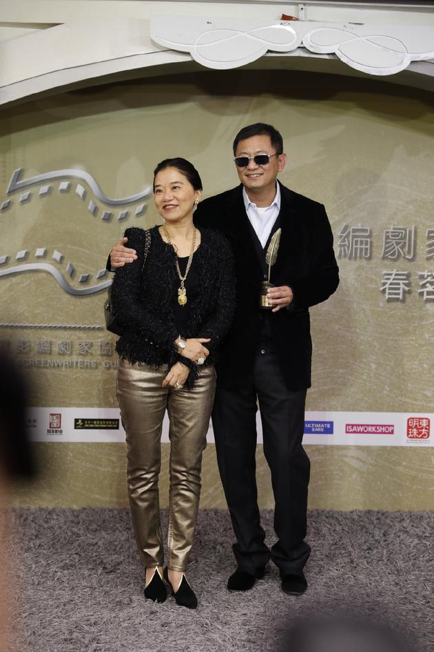 """王家卫获香港电影编剧家协会颁发的""""荣誉大奖"""""""