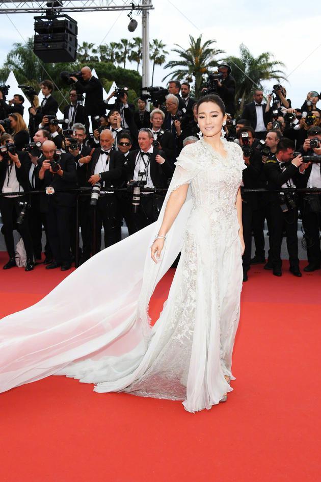 鞏俐身穿白色披風紗裙亮相戛納開幕紅毯(攝影:宮德輝)