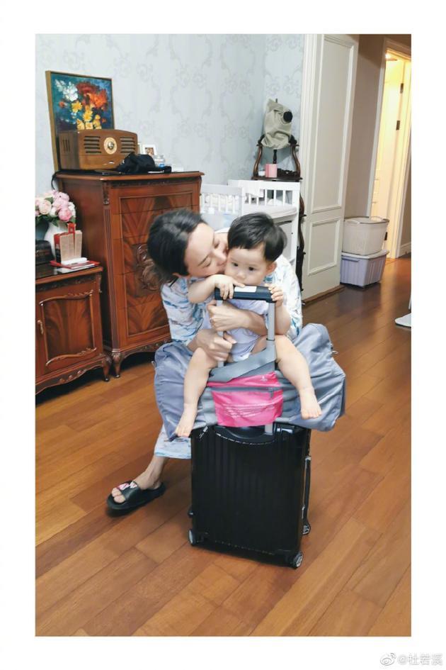 杜若溪复工不舍与女儿分别1个月:想把你打包带走