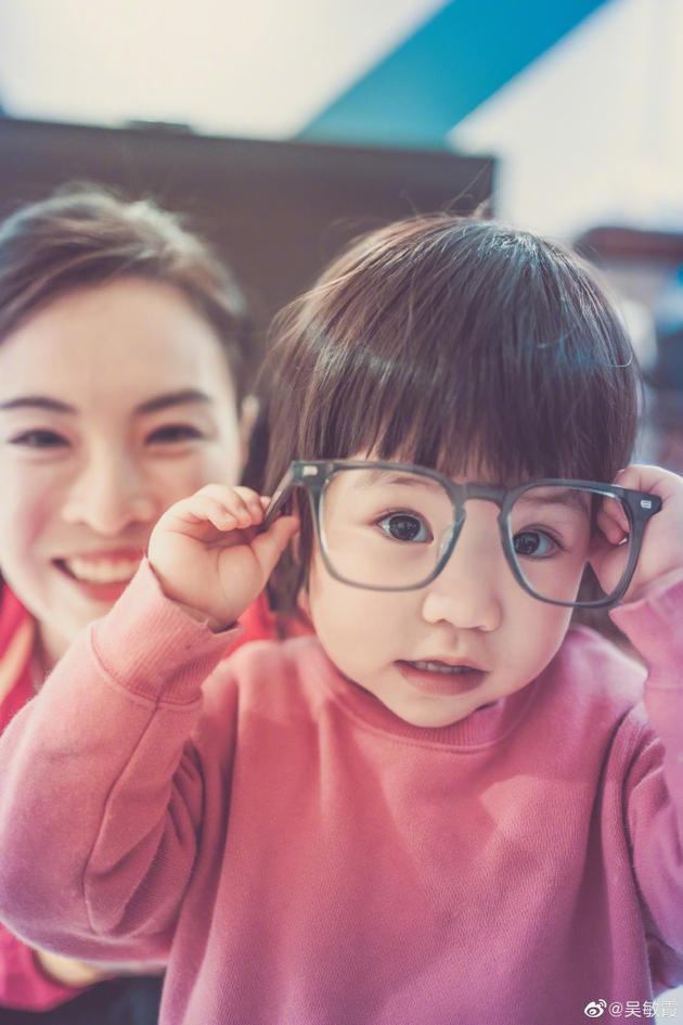吴敏霞晒女儿近照 西西留西瓜头大眼圆溜溜萌化了