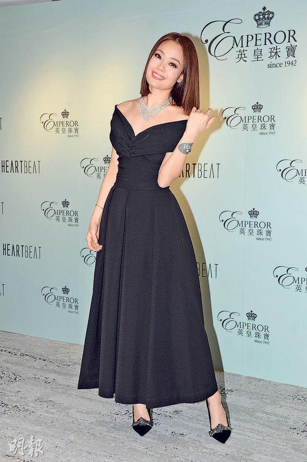 容祖儿穿着华丽晚装金三角娱乐平台,佩戴亲自设计的钻饰,明艳照人。
