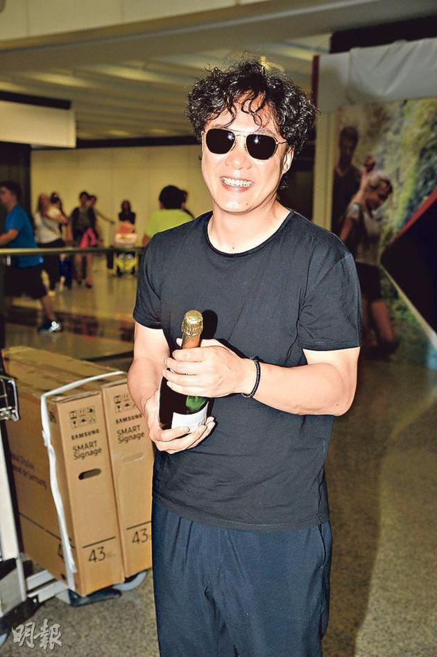 金曲歌王陈奕迅昨晚(6月24日)回香港获粉丝送上香槟祝贺。