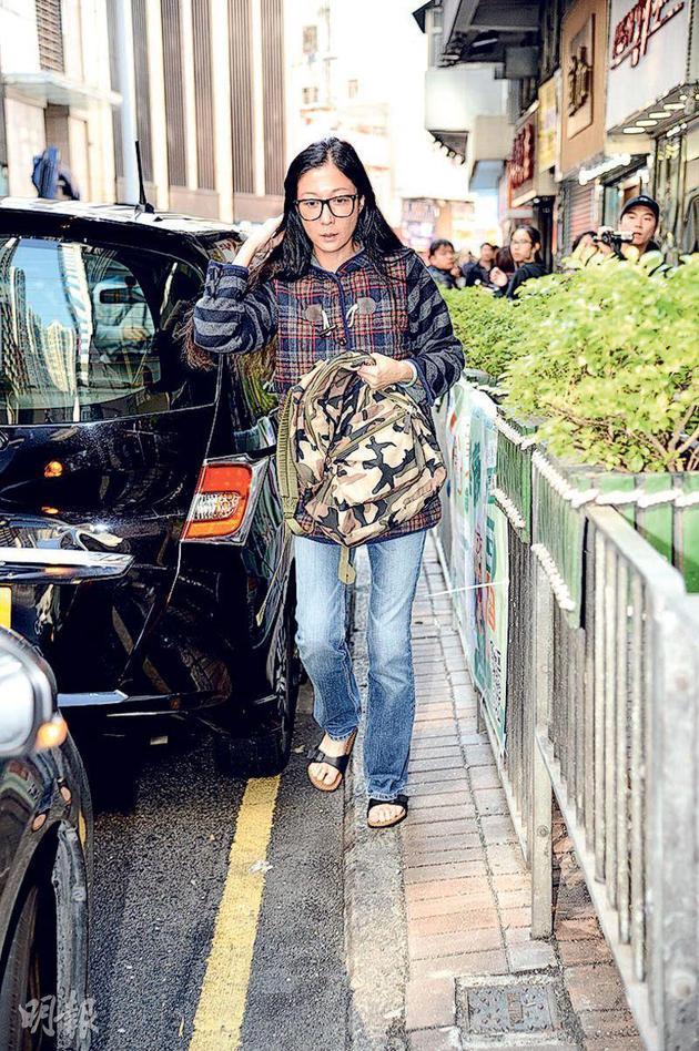 吴绮莉昨天(12月15日)下昼独自离家往西环一间药房买药,不肯泄露是谁身体担心详。