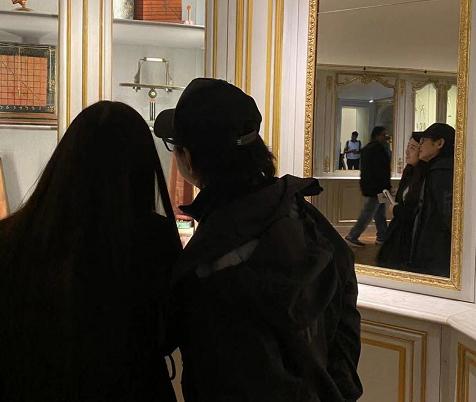 李連杰陪女兒逛博物館