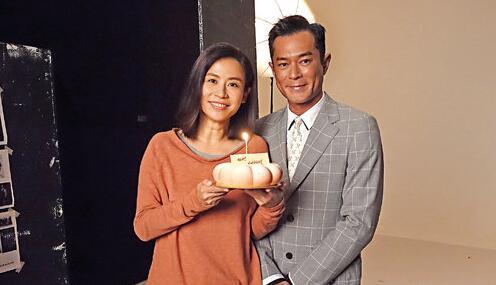 古天樂向好友宣萱送上蛋糕