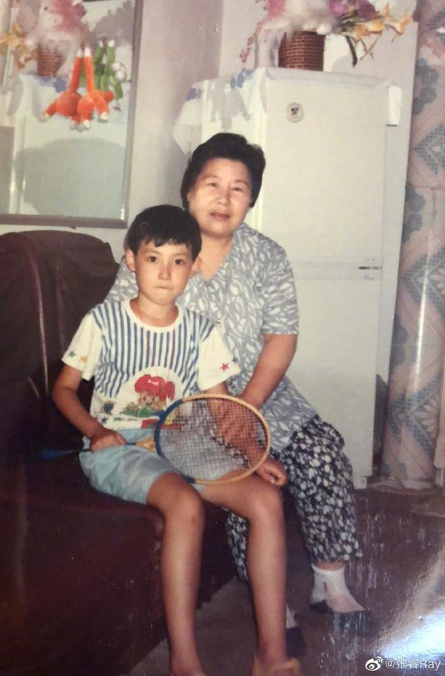 张睿与奶奶和合照