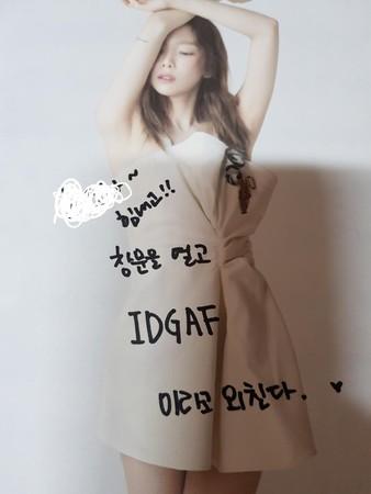 """太妍为粉丝签名,更留下""""霸气留言""""打气。"""