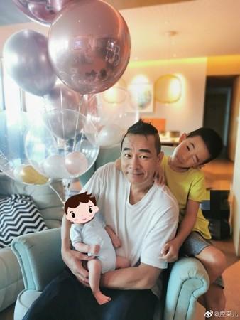 陈小春父亲节抱小儿子露腼腆笑 身后气球藏亮点