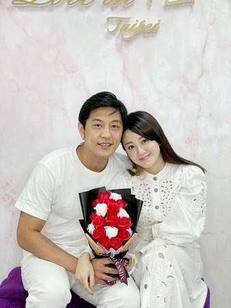 台湾艺人杨佩洁宣布结婚 老公为圈外人士